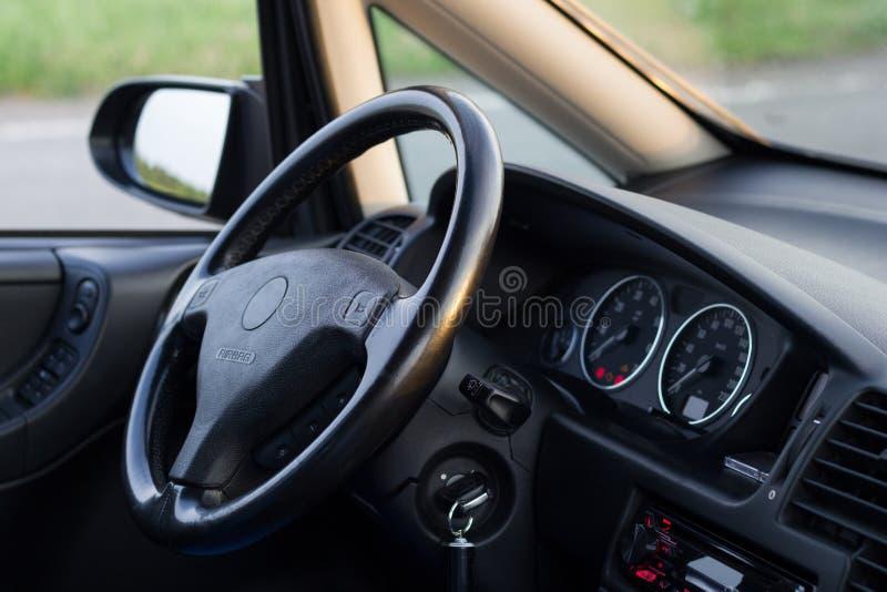 Vanlig bil inom Inre detaljer av det väl underhållna medlet arkivfoton