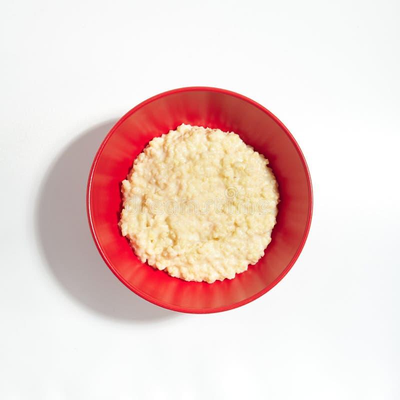 Vanlig havregröt för pärlemorfärg hirs eller Proso välling med mjölkar arkivfoto