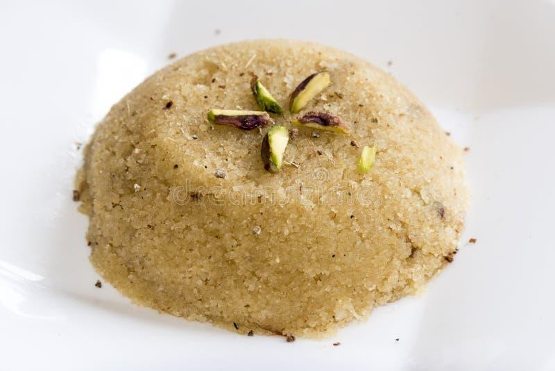 Vanlig ka Halwa eller söta Rava Sheera eller shira - indisk festivalsötsak som för mannagryn Halwa/Sooji göras av mannagryn mi royaltyfri bild