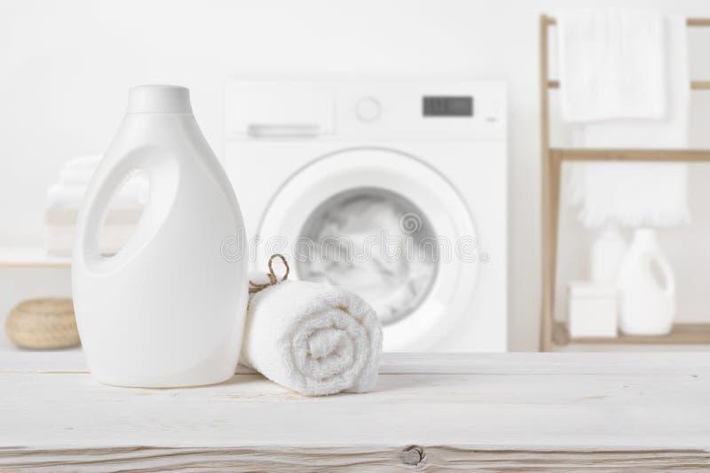 Vanlig renande flaska på trä över defocused tvättstugainre royaltyfri foto