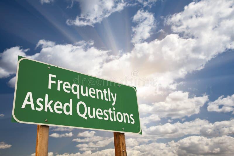 Vanliga frågor gör grön vägmärket royaltyfria foton