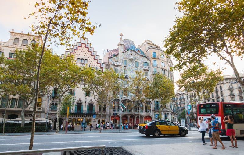 Vanliga människor går på Passeig de Gracia royaltyfri bild