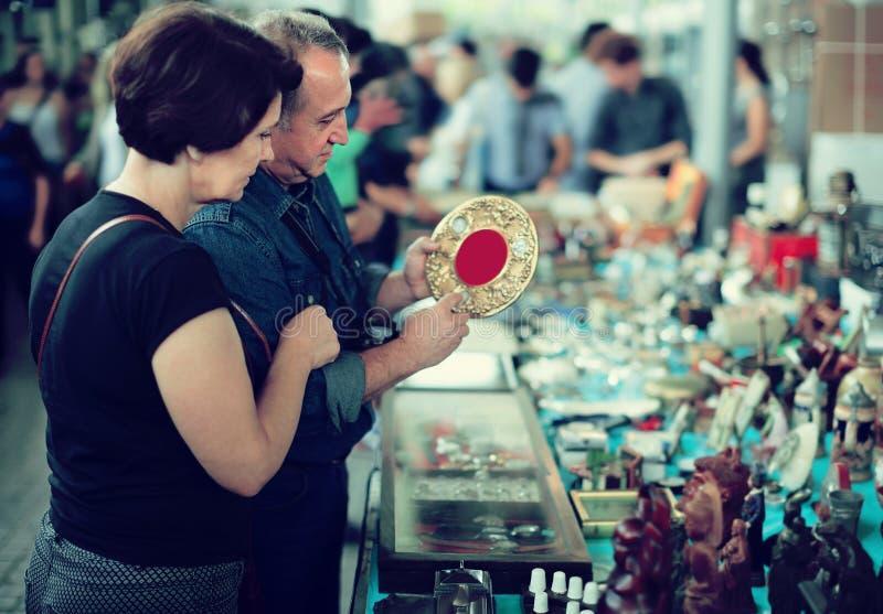 Vanliga turister studerar området av loppmarknaden royaltyfri bild