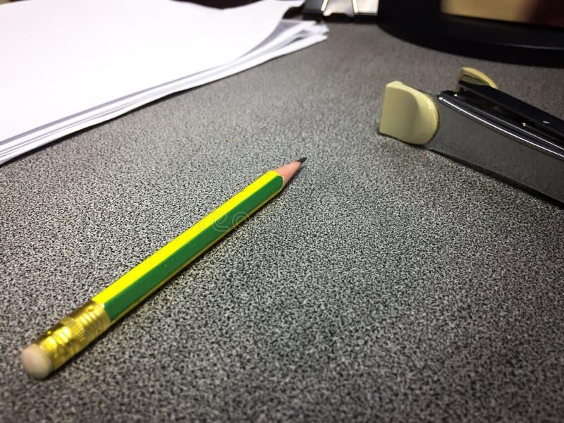 Vanligt kontorsskrivbord arkivbild