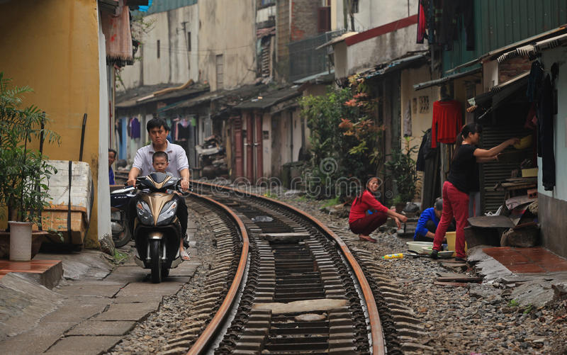 Vanligt liv och hus på järnvägsspåret arkivfoto