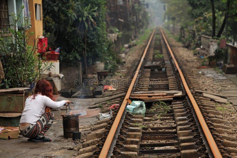 Vanligt liv och hus på järnvägsspåret royaltyfri fotografi