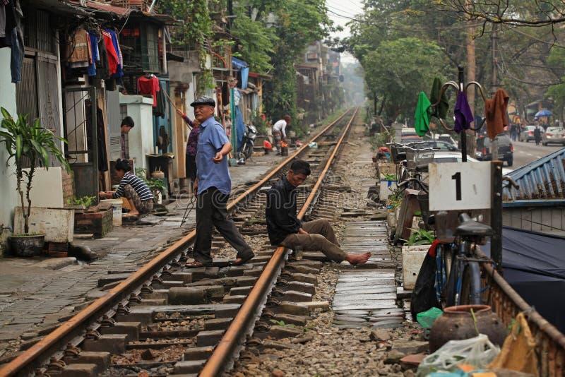 Vanligt liv och hus på järnvägsspåret fotografering för bildbyråer