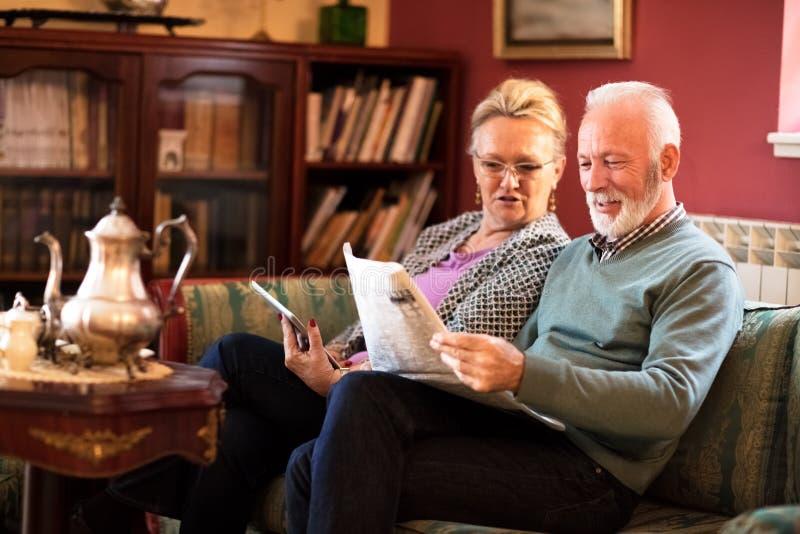 Vanligt pensionärafternonn på vårdhemmet arkivbilder