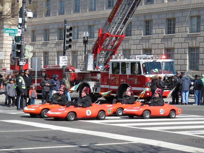 Vanno i carretti ed il camion dei vigili del fuoco immagini stock