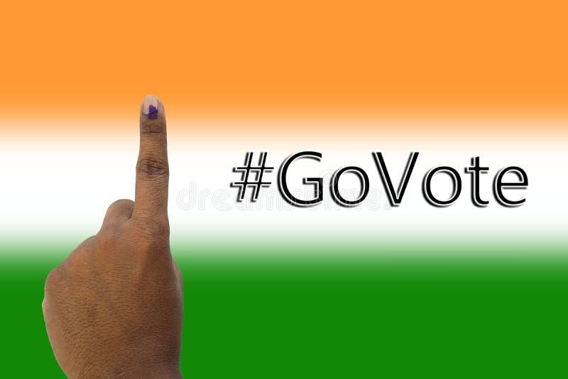 Vanno rappresentazione della mano e di voto della votazione indiana di elezione sulla bandiera indiana fotografia stock