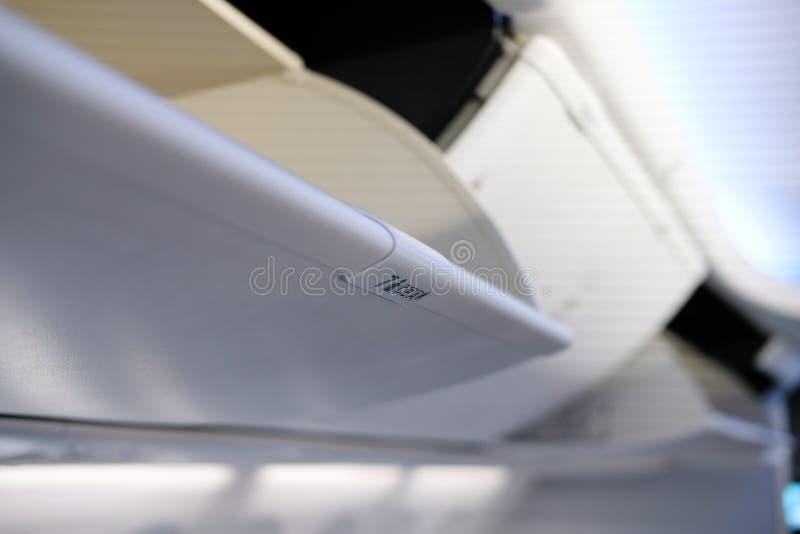 vano bagagli sopraelevato in aeroplano Cabina di aerei fotografie stock libere da diritti