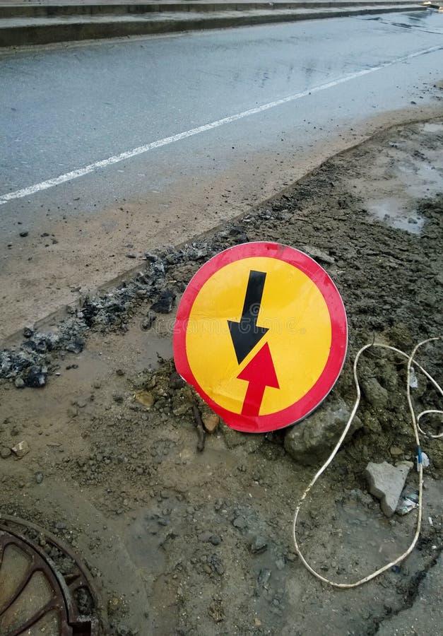 Vantaggio rotondo del segnale stradale di traffico imminente immagini stock