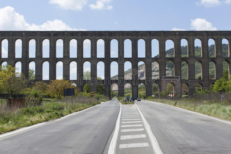 Vanvitelli或卡罗琳渡槽渡槽是渡槽被修造供应Reggia二卡塞尔塔和圣Leucio复合体 库存图片