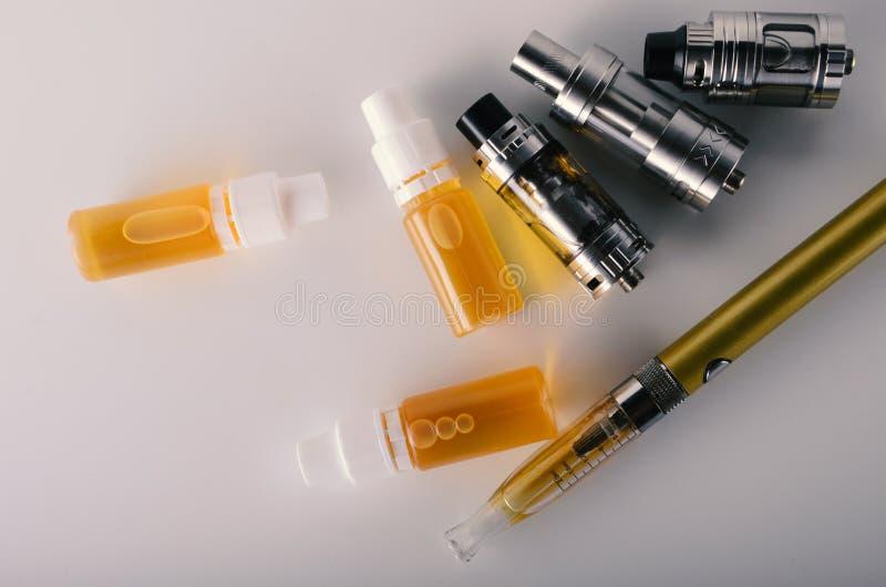 vape坦克和e液体电子香烟或e.c.的 免版税库存照片