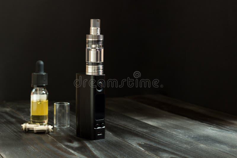 Vape或e香烟 Vaping在桌上设置了 免版税库存图片