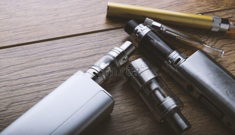 Vape笔和vaping的设备, mods,雾化器, e香烟, e香烟 免版税库存图片
