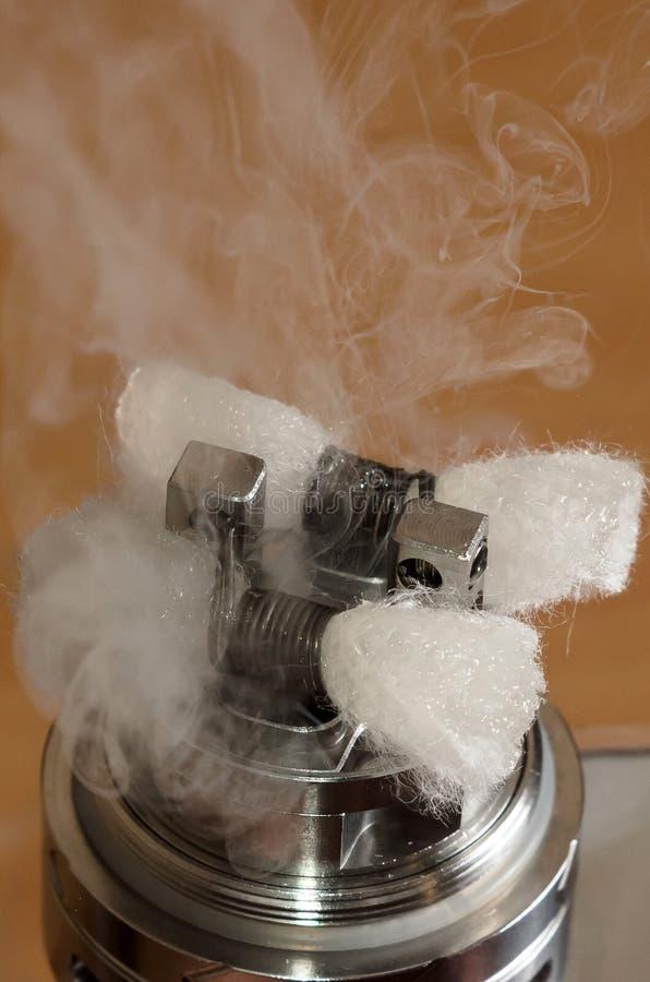 Vape,在木背景的ecigarette雾化器 免版税库存图片