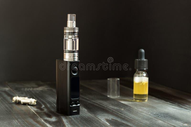 Vape o e-sigaretta Vaping ha messo sulla tavola fotografie stock libere da diritti