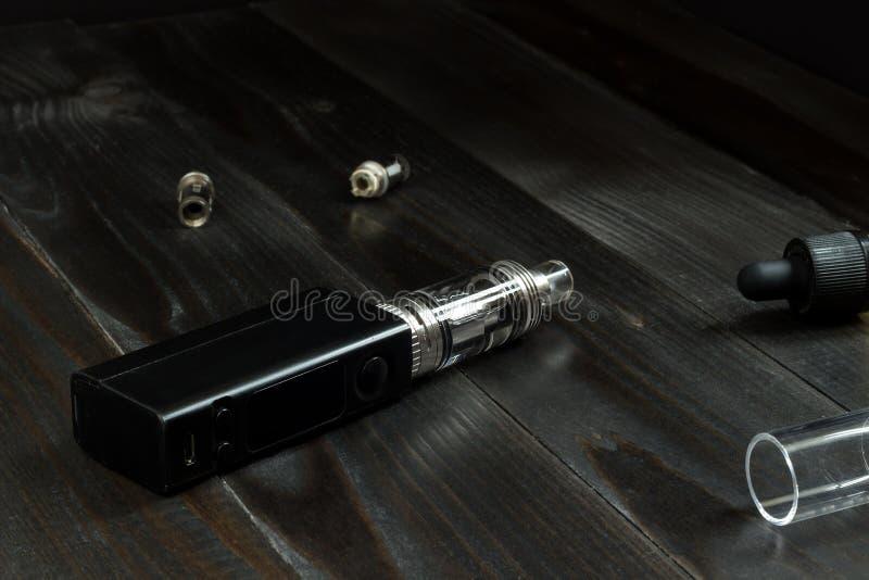 Vape o e-sigaretta Vaping ha messo sulla tavola immagine stock libera da diritti
