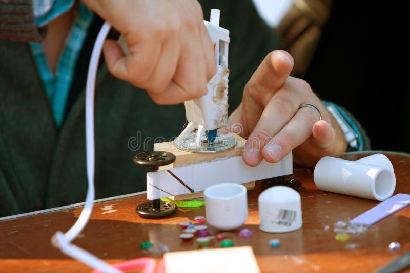 Vapen för lim för vuxet handbruk varmt som gör leksaken fotografering för bildbyråer