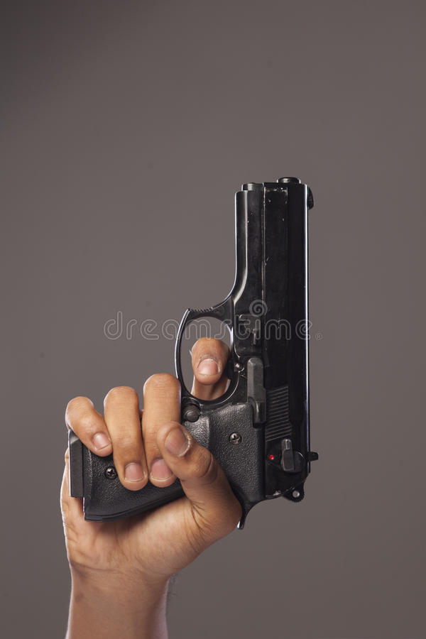 Vapen i en hand arkivbild