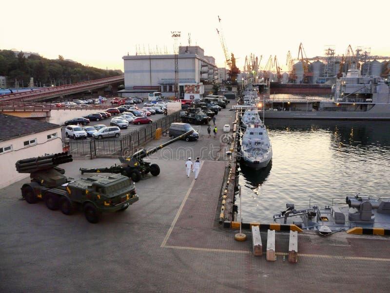 Vapen militär utrustning, Marine Passenger Terminal, sjö- skepp på havsbrisen i port Odessa, Ukraina - Juli 2019 fotografering för bildbyråer