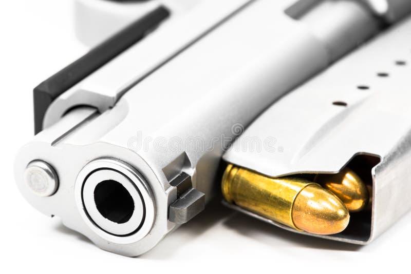 Vapen och ammo pålagd vit bakgrund arkivfoton