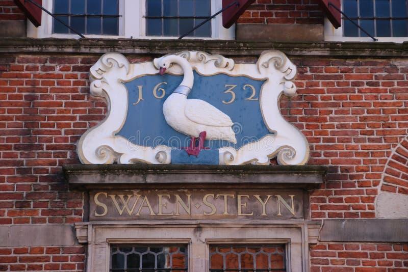Vapen på en forntida byggnad som namnges Swaensteyn från 1512 som är i Voorburg Nederländerna och använt för möte av staden Counc arkivbilder