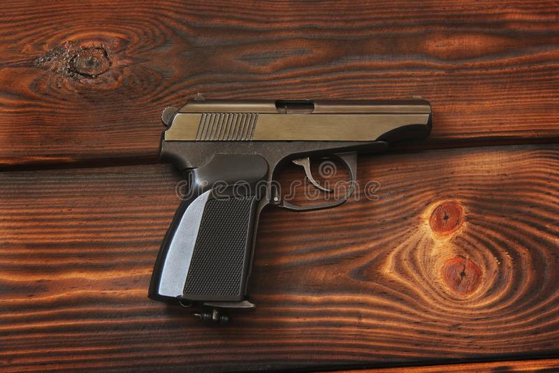 Vapen på träbakgrunden royaltyfri fotografi