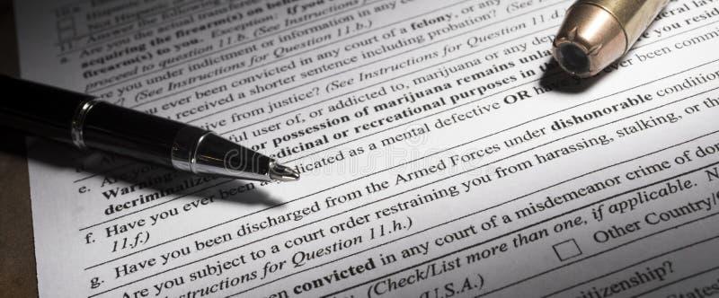 Vapenbakgrundskontroll och fråga för skamlig urladdning arkivbild