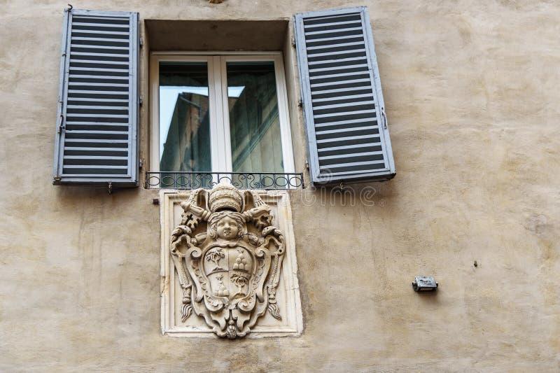 Vapensköld av nobla familjer i vägg i Siena italy arkivfoton