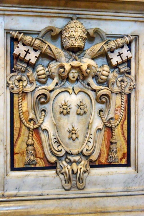 Vapensköld av påven Urban VIII av Gian Lorenzo Bernini i markis Inre av Sts Peter basilika i Vaticanen arkivbild