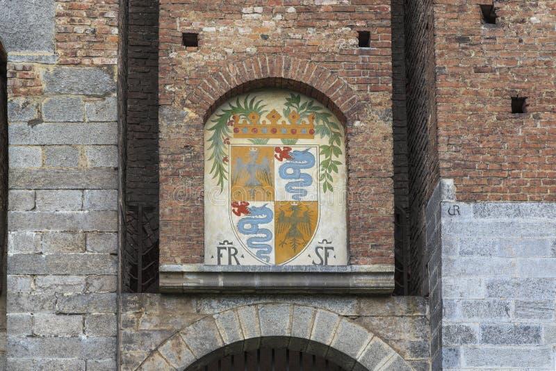 Vapensköld av Sforza ovanför porten av slotten, Milan fotografering för bildbyråer