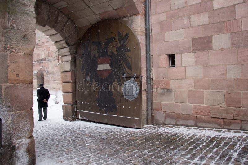 Vapensköld dubblett-Eagle som målas på porten av den Nuremberg slotten _ germany fotografering för bildbyråer