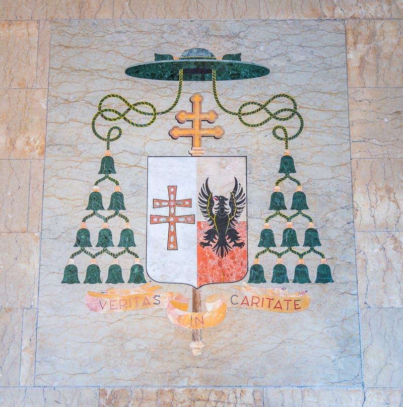 Vapensköld för biskop för `-veritas in caritate` i ingången av kyrkan av Santa Caterina da Siena en Magnapoli italy rome arkivbilder