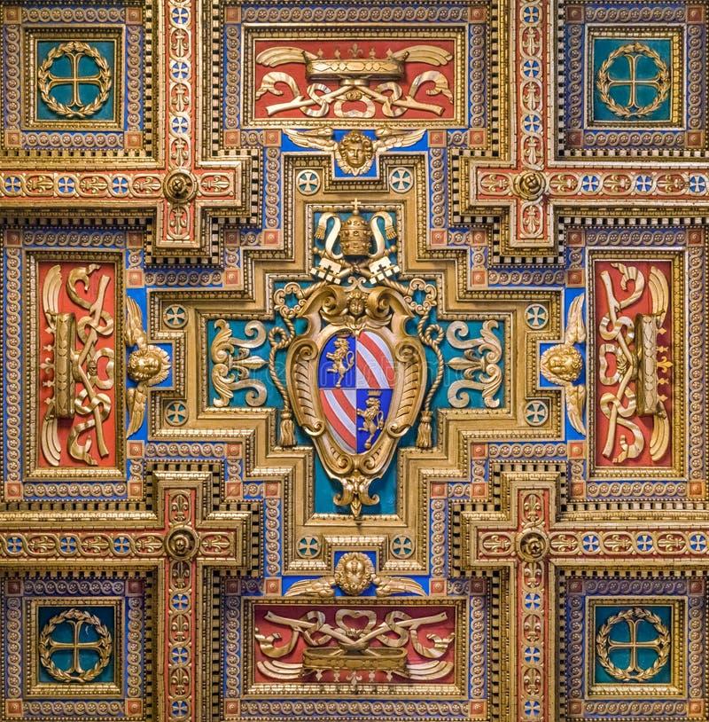 Vapensköld för påve Pius IX i basilikan av Santa Maria i Trastevere i Rome, Italien arkivfoton