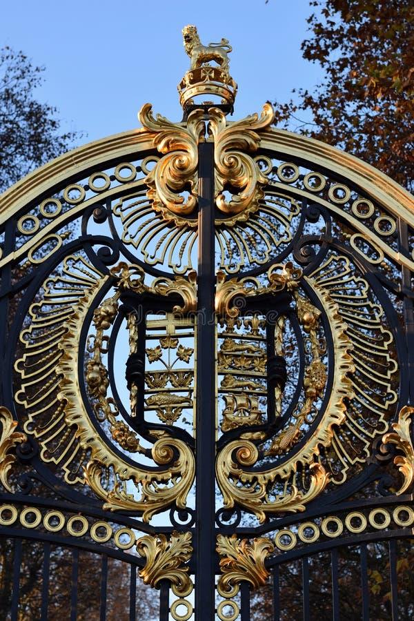 Vapensköld som garnering av porten av en slott i London royaltyfri bild
