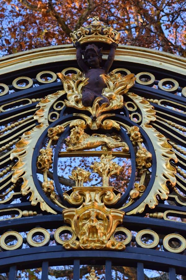 Vapensköld som garnering av porten av en slott i London arkivbilder