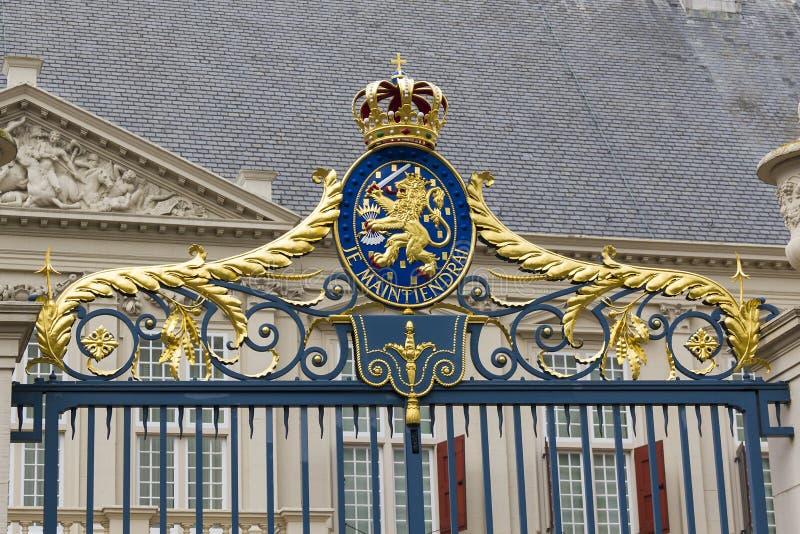 Vapenskölden på porten arkivbild