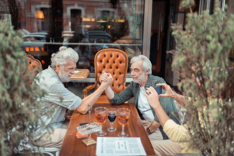 Vapenvila efter alkoholintag utanför pub arkivfoto