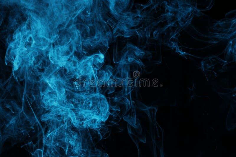 vapeur bleue sur le fond noir photographie stock