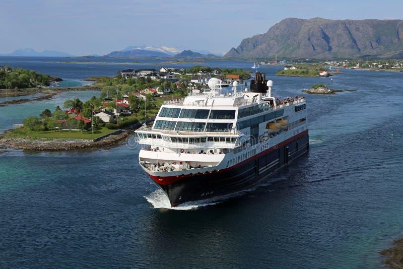 Download Vapeur Côtier Norvégien Partant Du Port De Bronnoysund Photo stock - Image du north, côtier: 77161264