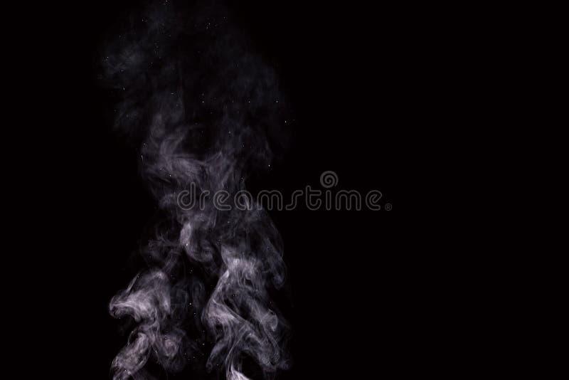 Vapeur d'eau blanc abstraite sur un fond noir image stock