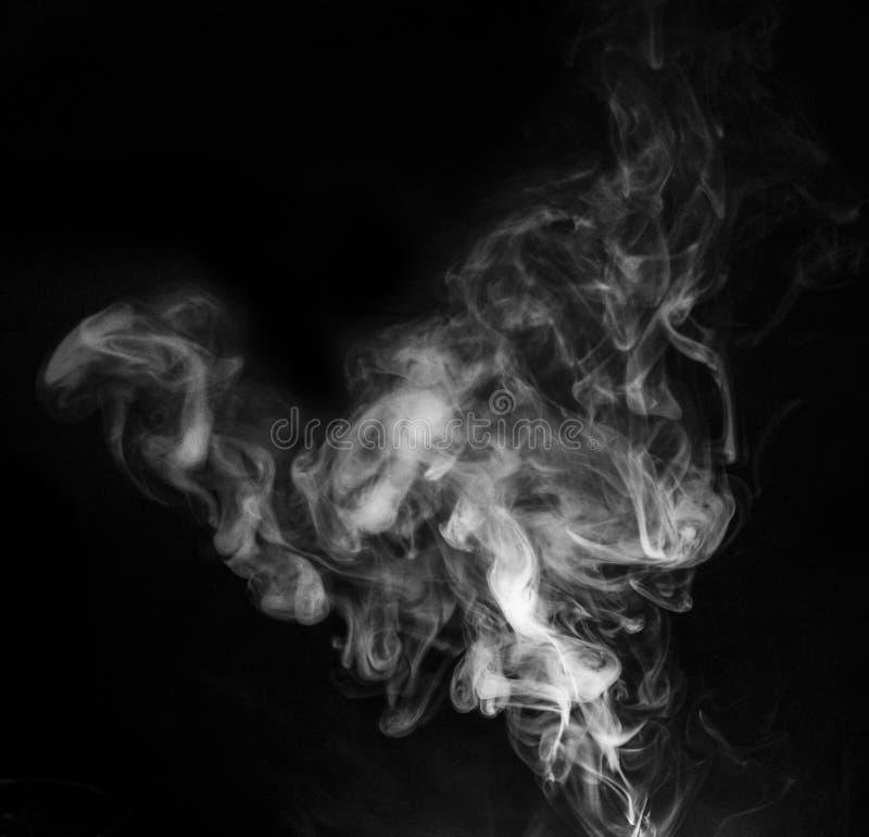 Vapeur de fumée sur le fond noir photos libres de droits
