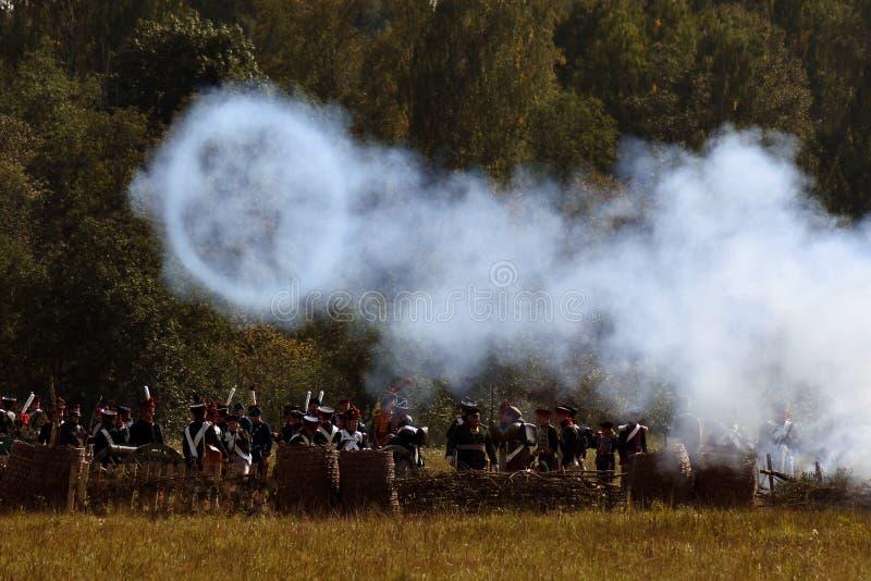Vapeur et feu sur le champ de bataille Scène historique de reconstitution de bataille de Borodino photographie stock libre de droits