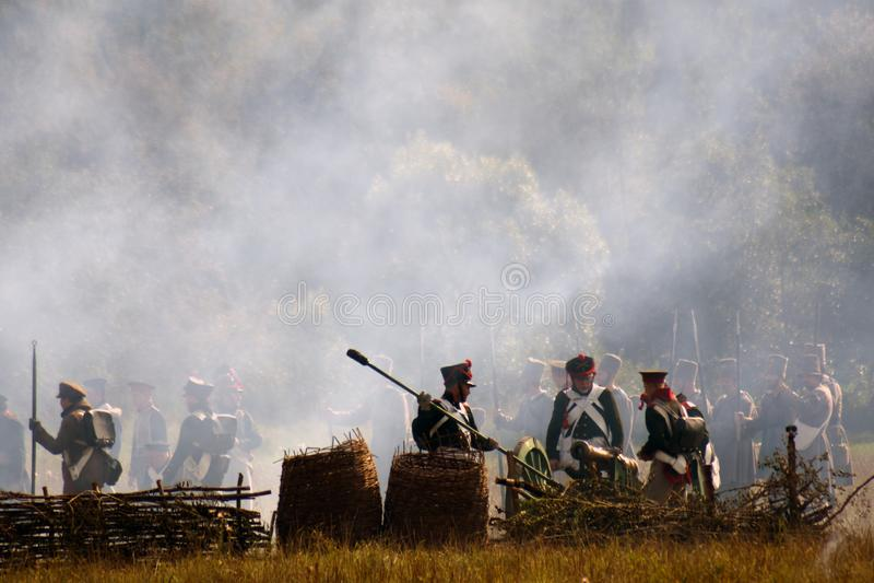 Vapeur et feu sur le champ de bataille Scène historique de reconstitution de bataille de Borodino images libres de droits