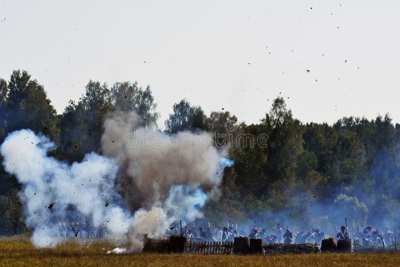 Vapeur et feu sur le champ de bataille Scène historique de reconstitution de bataille de Borodino photos libres de droits
