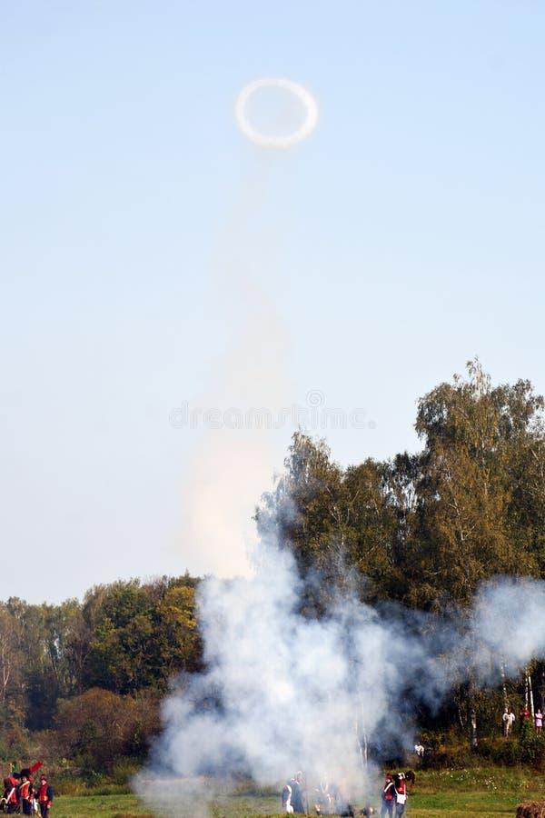 Vapeur et feu sur le champ de bataille Scène historique de reconstitution de bataille de Borodino photos stock