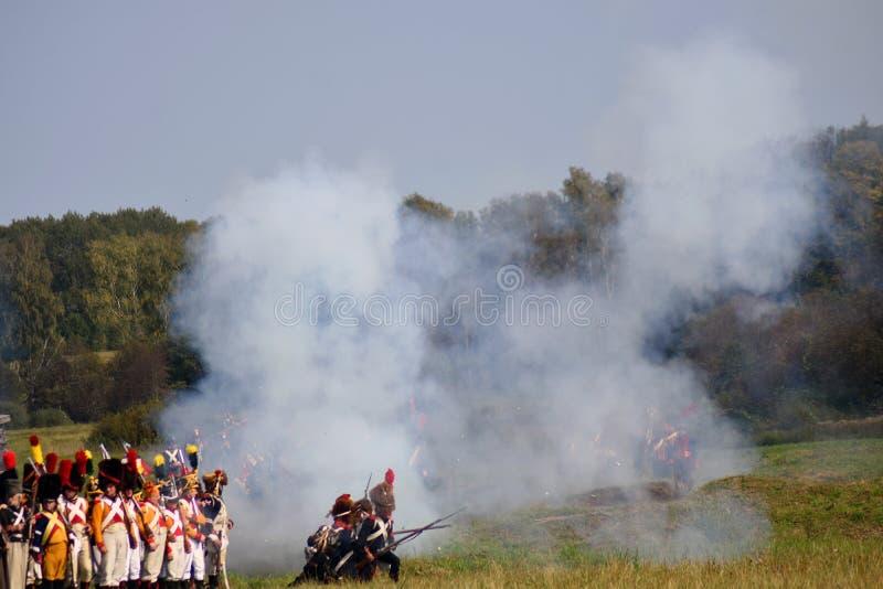 Vapeur et feu sur le champ de bataille Scène historique de reconstitution de bataille de Borodino photographie stock