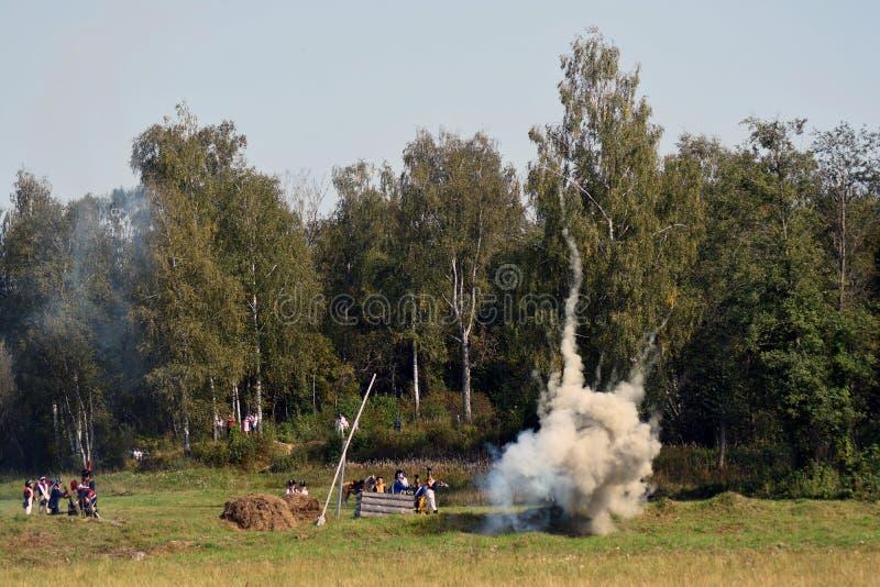 Vapeur et feu sur le champ de bataille Scène historique de reconstitution de bataille de Borodino image stock